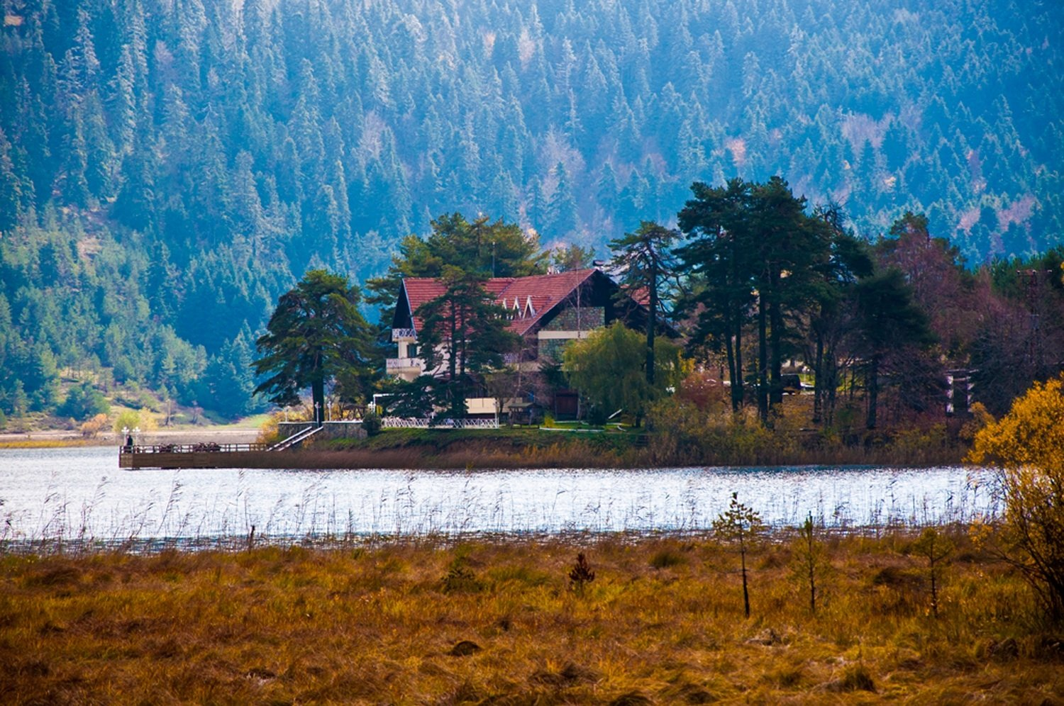 Picture of home on a lake in the mountains