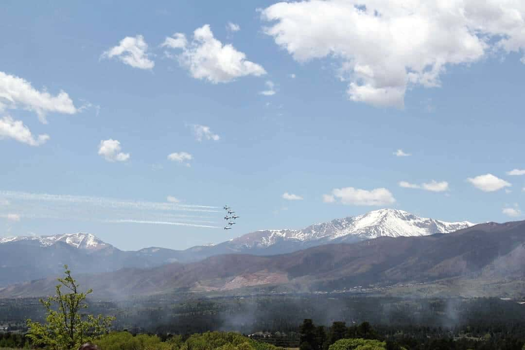 picture of thunderbird fighterjets performing in front of Pikes Peak during USAFA graduation