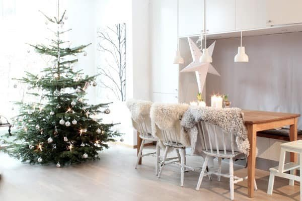 picture of dining room decorated for Christmas with tree and white stars